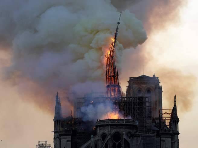 Gara di solidarietà per ricostruire Notre Dame, un miliardario dona 100 mln di euro