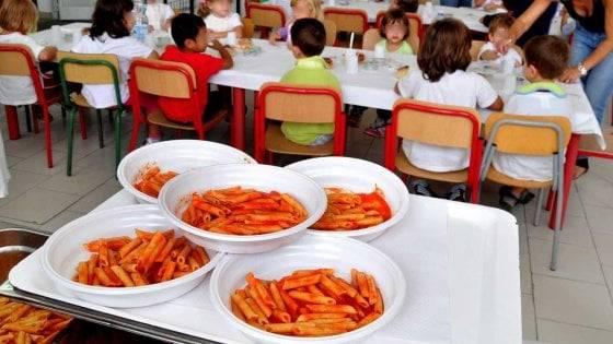 I genitori non pagano la mensa, alla bimba tonno e cracker a pranzo: e lei scoppia a piangere