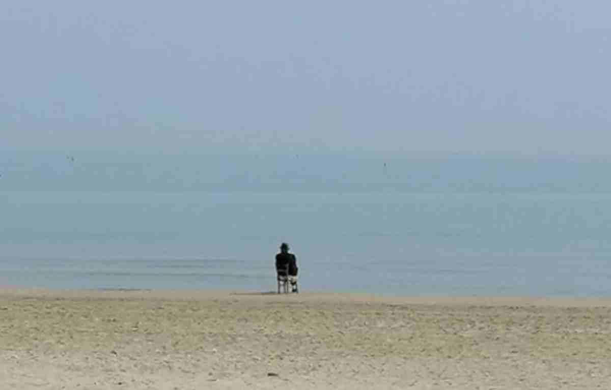 ogni giorno percorre 60 chilometri per osservare il mare