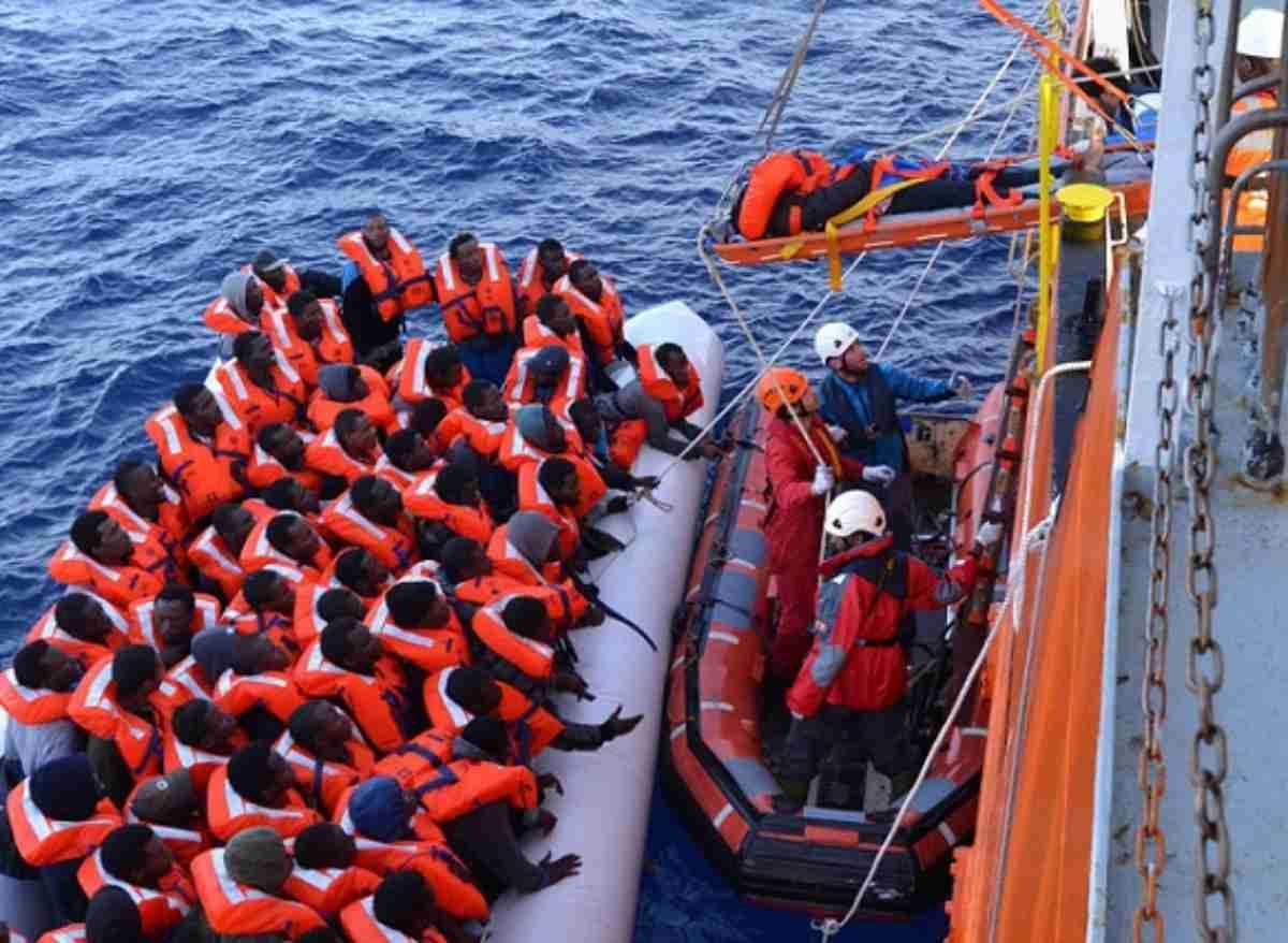 La Guardia Costiera li porta a Lampedusa