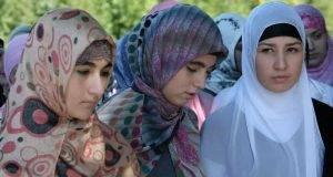 Ragazzina bullizzata a scuola dalle compagne perché cristiana, il preside le consiglia di indossare il velo
