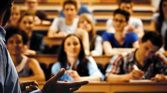 Soldi dalle studentesse e rapporti hot per far passare gli esami- professore finisce in manette