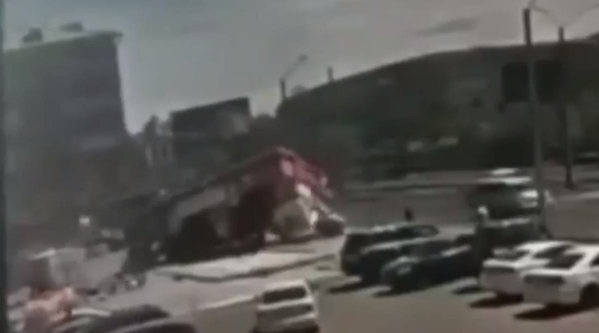 i bambini al suo interno volano in strada: quattro sono in coma