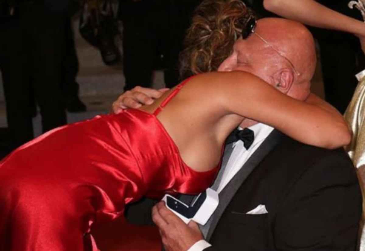 milionario 63enne chiede la mano alla fidanzata 25enne sul red carpet