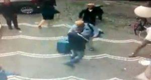 due ladri derubano turista in un lampo