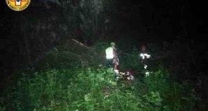 ciclista precipita per 30 metri e perde la vita