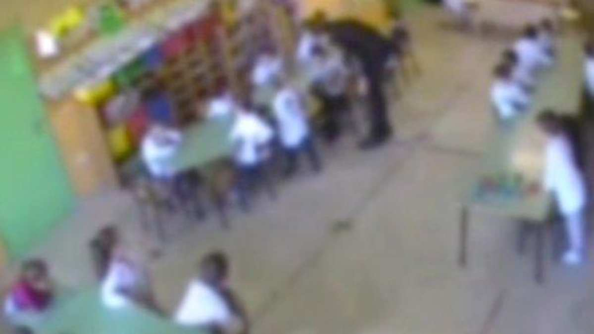 sei maestre d'asilo sospese per maltrattamenti sui bambini