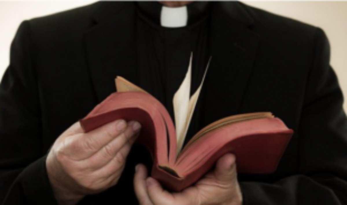 Seduce il parroco e lo ricatta