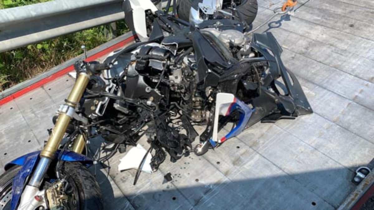 Violento schianto furgone-moto