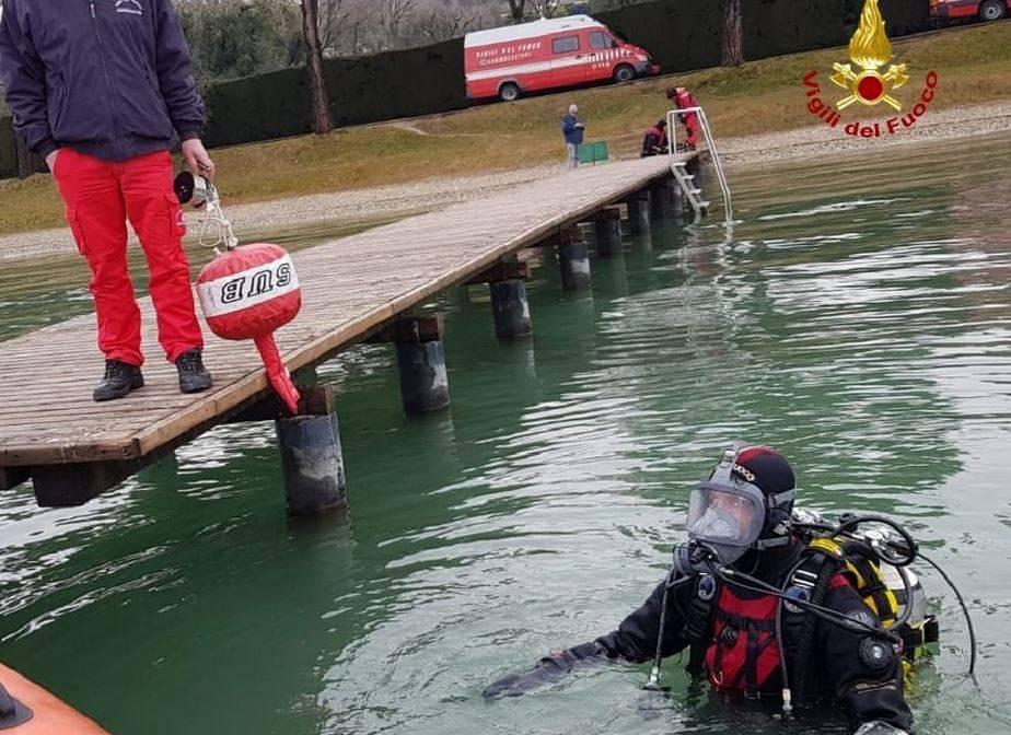 Auto finisce nel lago