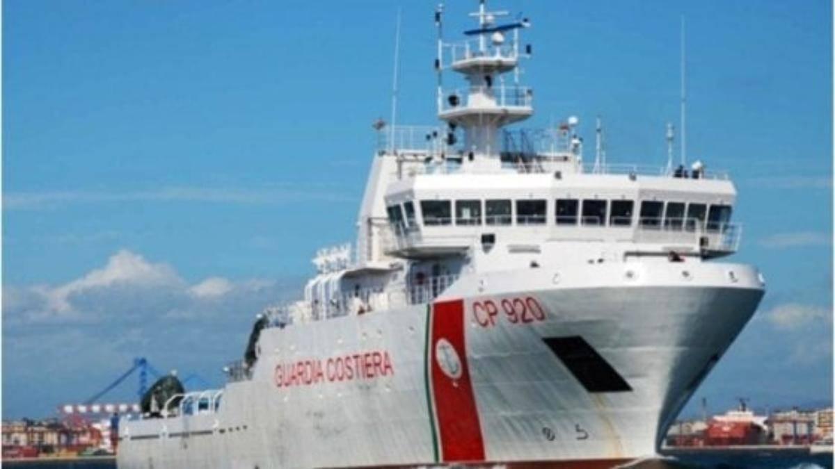 Migranti: Salvini impedisce attracco a nave guardia costiera. Opposizioni all'attacco