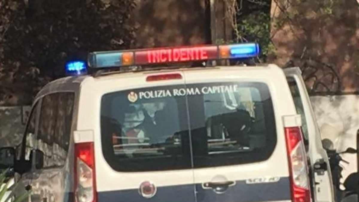 Tragedia a Roma: travolta da un camion, muore donna in carrozzina