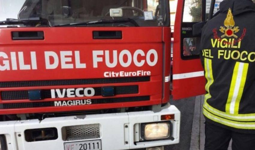 pompieri spengono incendio