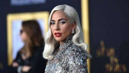 Lady Gaga cade dal palco durante uno show