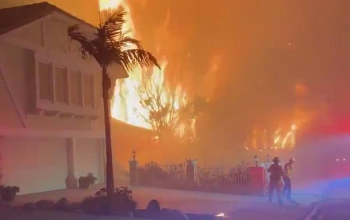 Maxi rogo a Los Angeles, 100mila persone evacuate e un morto