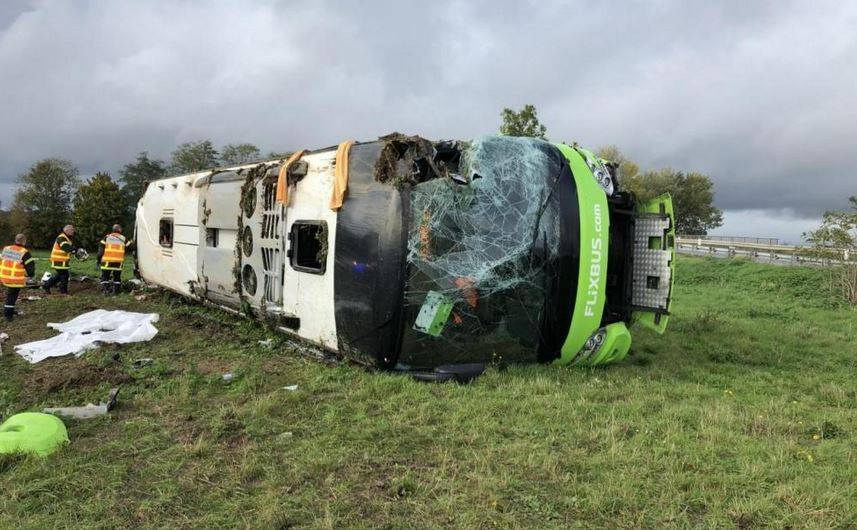 Flixbus si rovescia in autostrada, 33 feriti in Francia