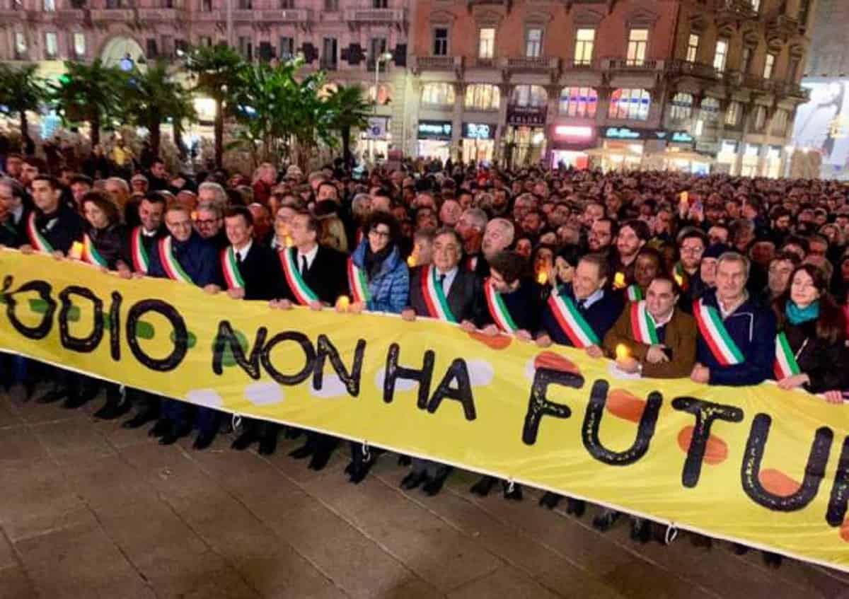 """""""L'odio non ha futuro"""": 600 sindaci marciano con Liliana Seg"""
