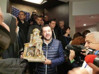 Salvini al congresso con il presepe in mano