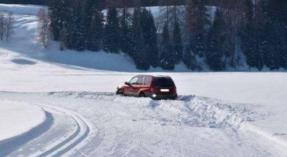auto su pista da sci