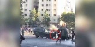 manifestante schiacciato tra due mezzi blindati