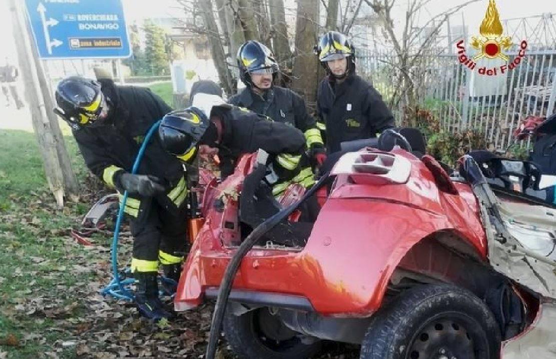 Auto si schianta contro un albero e un muro: morte due sorel