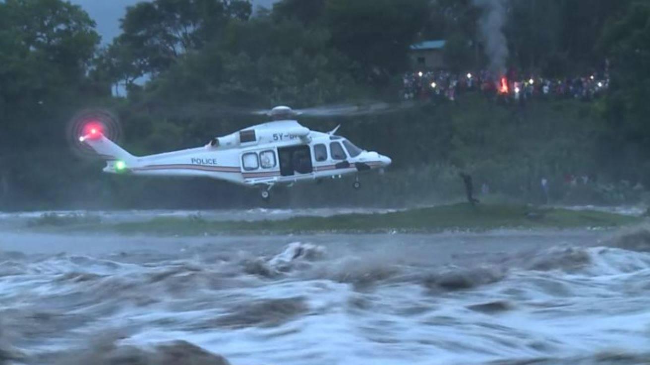 Sorpreso da una violenta inondazione rimane tre giorni su un
