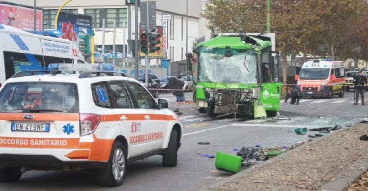 Milano, scontro tra bus e camion dei rifiuti. Donna ricovera