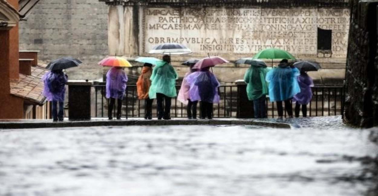 Maltempo a Roma, la Raggi chiude le scuole. Rabbia dei presi