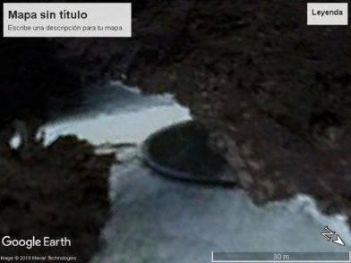 Strani dischi sporgono dai ghiacci in Antartide