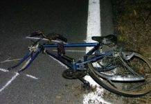 travolge ciclisti