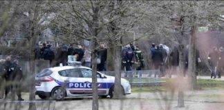 Parigi, uomo accoltella passanti al parco
