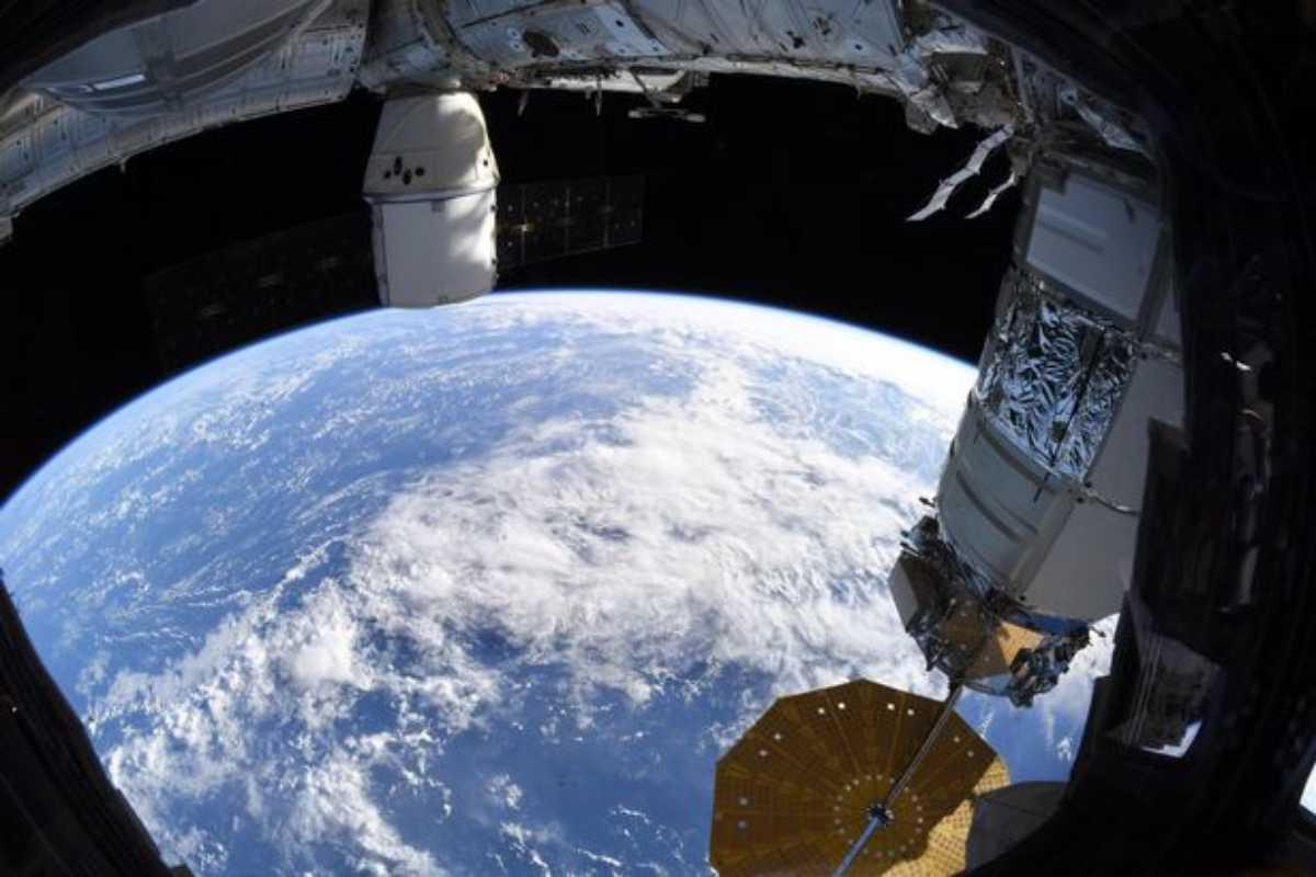 Astronauta posta le foto della Terra dallo spazio |  ma i terrapiattisti non le credono |