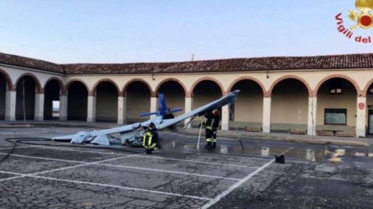 Grave incidente aereo: velivolo si schianta nella piazza del