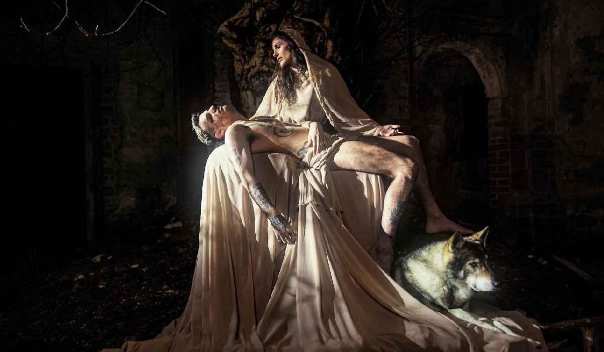 Achille Lauro e Elena D'Amario nei panni di Gesù e la Madonn