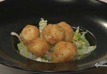 Uova di quaglia fritte con insalata