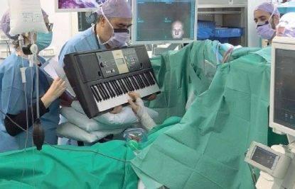 Operato al tumore mentre suona