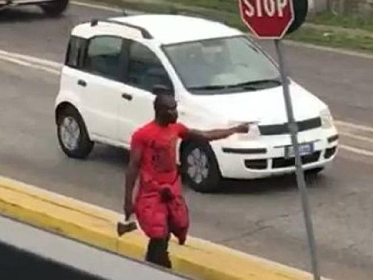 Armato di ascia aggredisce un uomo, danneggia vetrine e auto