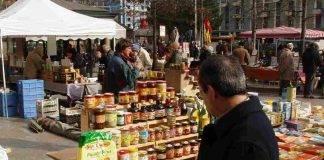 Coronavirus, mercato di via Meda a Milano affollato