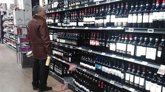 Coronavirus, va al supermercato e compra solo alcolici: lo f