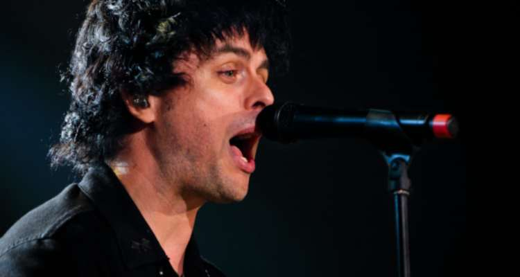 Billie Joe Armstrong dei Green Day canta in italiano una famosa canzone
