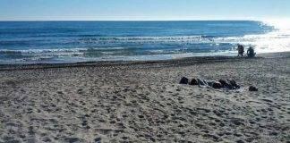 donna in spiaggia in liguria