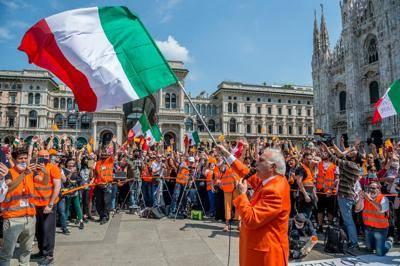 Manifestazioni a Milano e a Roma: su Twitter spopola l'hasht
