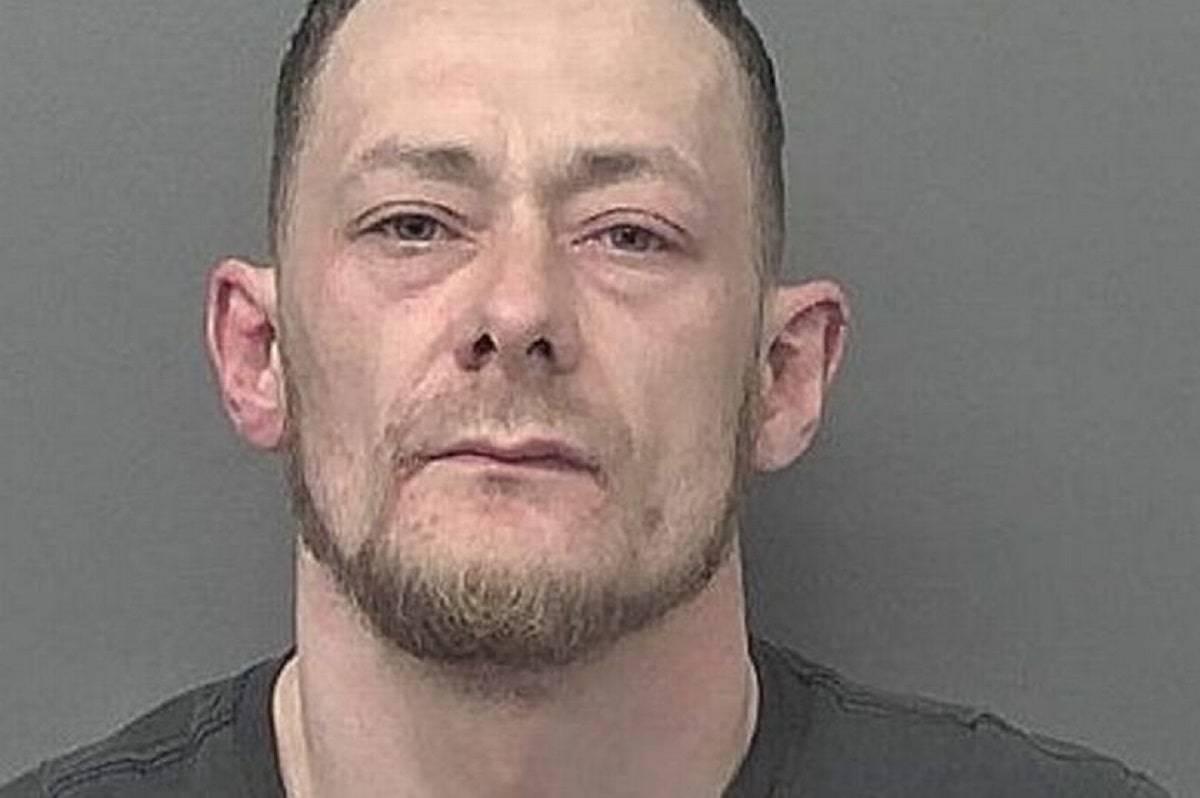 Sean Cameron sequestra tre donne minacciandole di morte