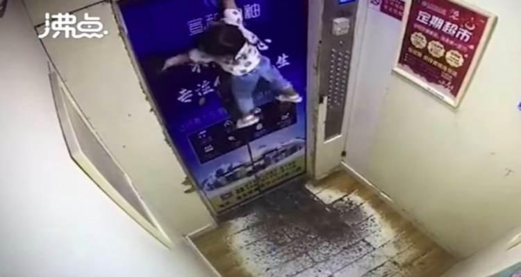 ascensore laccio bambina