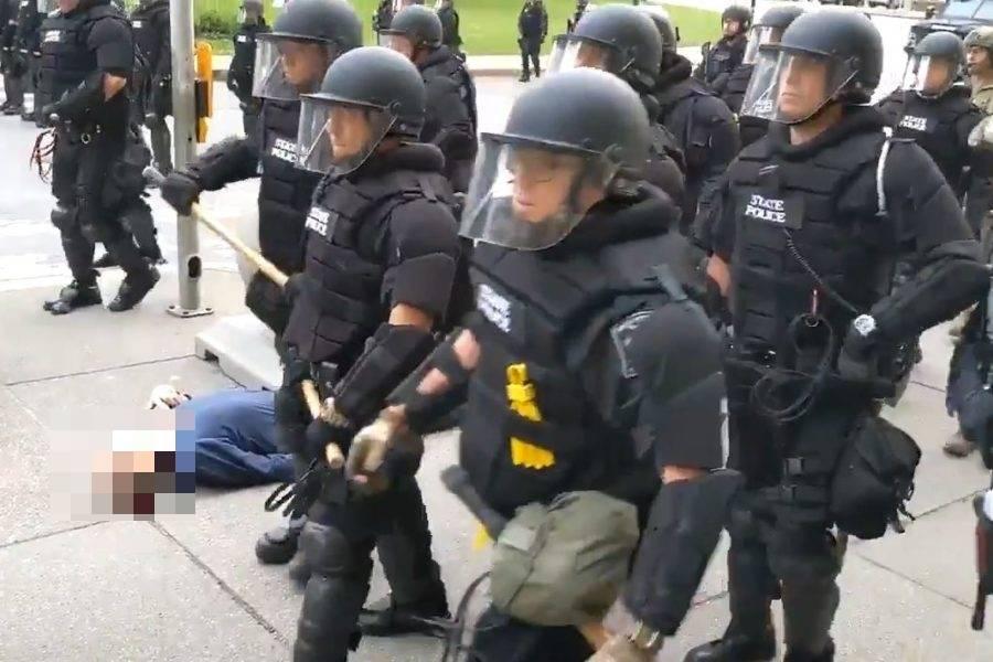 Durante una delle manifestazioni per George Floyd, 75enne vi