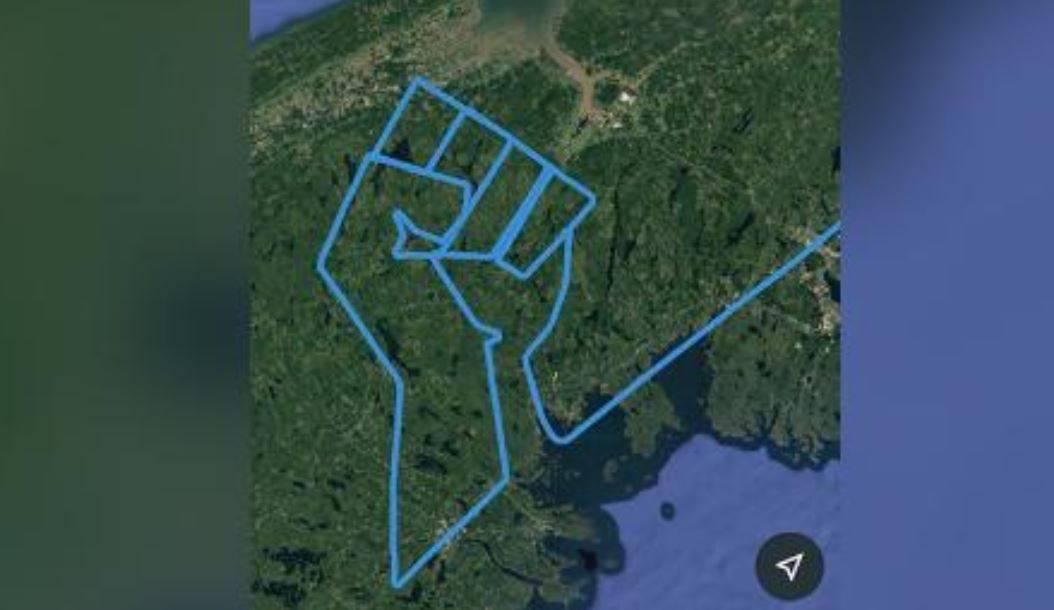 """Pilota vola per due ore e """"disegna"""" un simbolo in cielo per"""