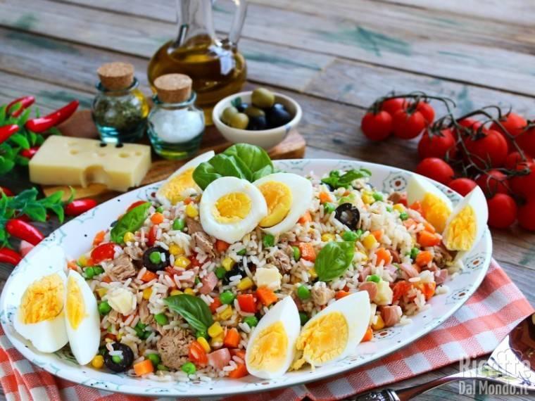 Come si prepara una insalata di riso? Ecco come si fa la ricetta semplice must dell'estate