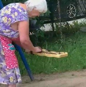 Bizzarra protesta di un anziana