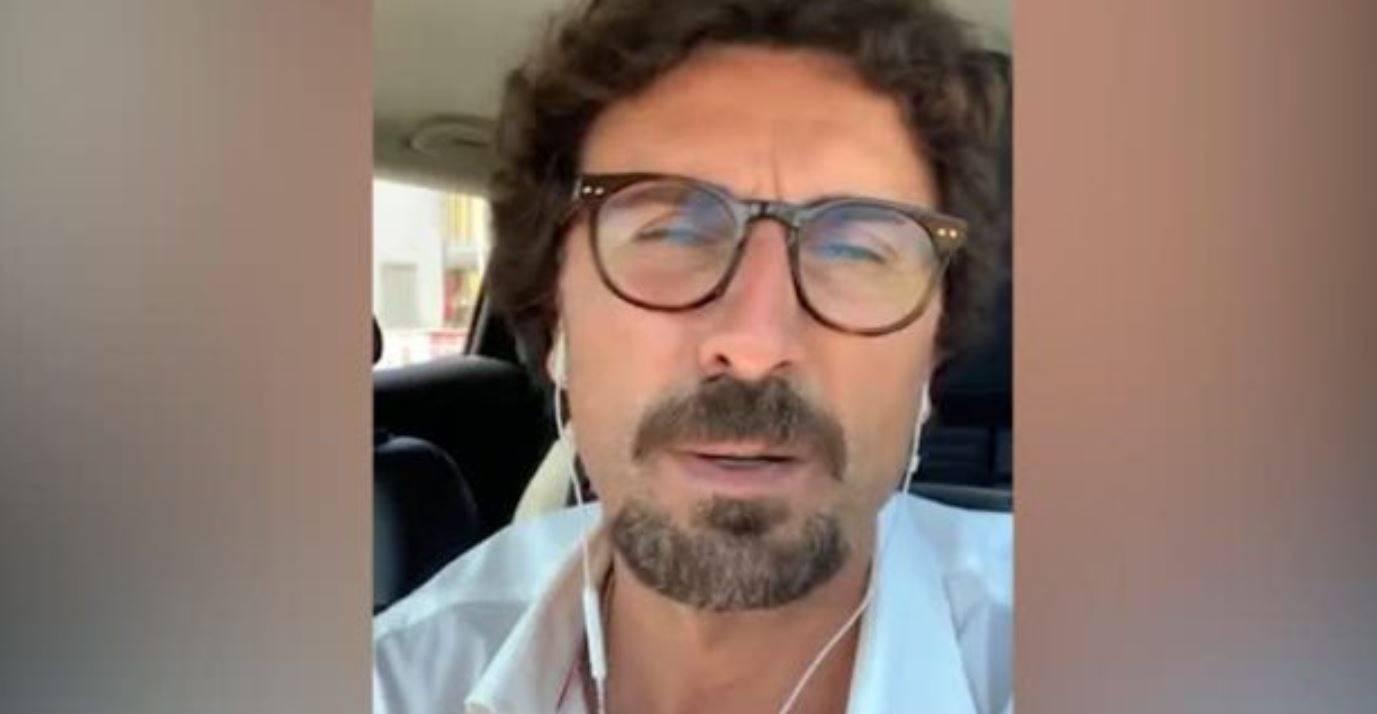 """Toninelli attacca Salvini: """"Si mette e toglie la mascherina in base ai sondaggi"""""""