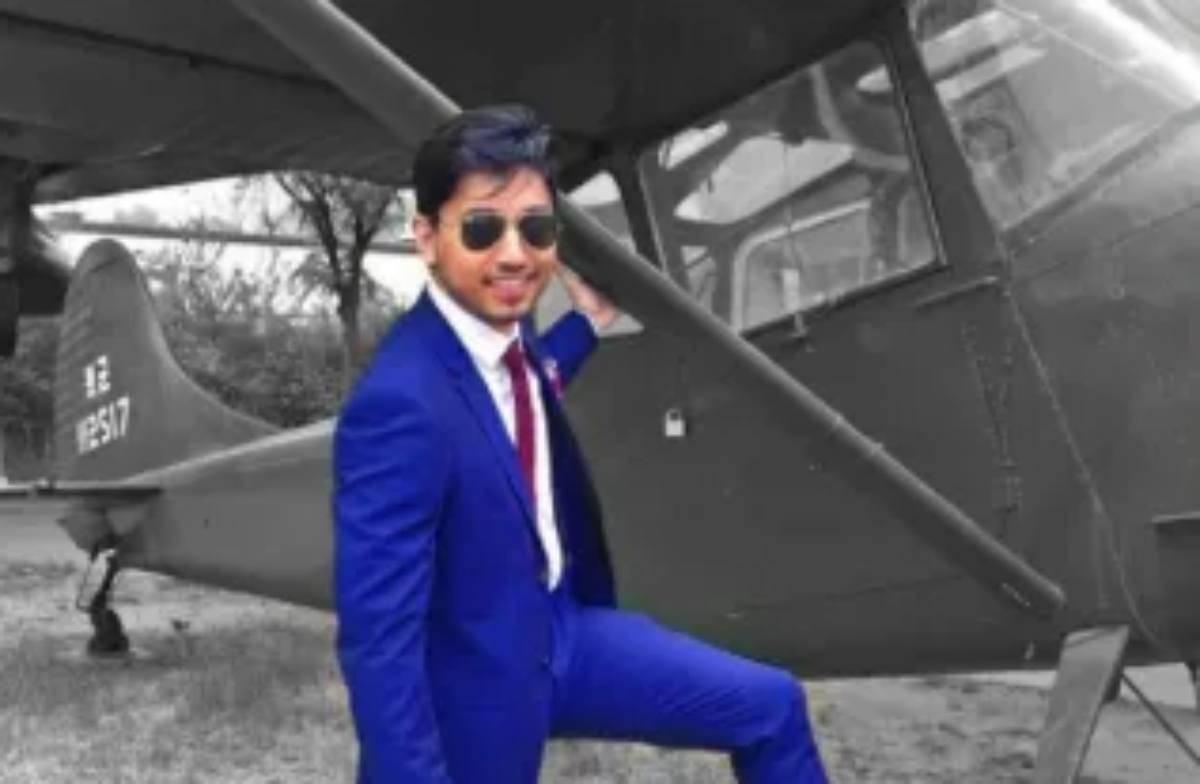 Fahim Saleh accanto ad un aereo